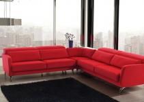 Sofá de ángulo rojo con patas de metal